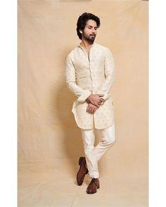 Shahid Kapoor on Diwali Mens Indian Wear, Mens Ethnic Wear, Indian Groom Wear, Indian Men Fashion, India Fashion Men, Groom Fashion, Boy Fashion, Mens Fashion, Wedding Kurta For Men