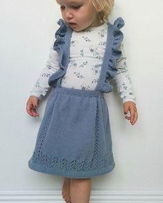 Søndagsfin Jeg har testet opskrift for @olinesmor og den er fantastisk. Hold øje med #annesflæsenederdel. Jeg har strikket i #sandnes #mandarinpetit. #teststrikk #barnestrikk #hayley #knitforkids #hjemmelavet #smukkepige #mindatter #knit #instaknit #knittinginspiration
