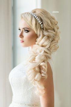 """Jeśli jesteś posiadaczką długich włosów i właśnie polujesz na idealną fryzurę, która dopełni Twój perfekcyjny wizerunek ślubny, to masz szczęście! Dziś dzielimy się z wami 40 super efektownymi fryzurami ślubnymi. Od luźnych loków i zwiewnych upięć, po misternie plecione warkocze i elegancko zdobione koki - czyli dla każdej """"kobiety glamour"""" coś się znajdzie! Best Wedding Hairstyles, Homecoming Hairstyles, Pretty Hairstyles, Braided Hairstyles, Curly Wedding Hair, Bridal Hair Updo, Blonde Beauty, Hair Beauty, Blonde Bride"""