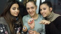 Tania y Almudena con sus uñas recién decoradas junto a Eva Garcia. Diseñadora de SHOWS NAILS.