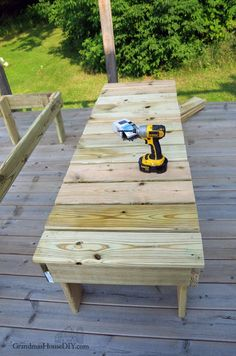 Outdoor sun loungers, chaise loungers, wood working project for our deck! How to build outdoo. Diy Yard Furniture, Woodworking Furniture, Woodworking Projects, Woodworking Apron, Woodworking Shop, Backyard Swing Sets, Backyard Pool Designs, Backyard Ideas, Patio Lounge Chairs