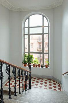 Pampigt med stuckatur, fint golv och enorm takhöjd Wrought Iron Handrail, Iron Handrails, Staircase Railings, Stairs, Scandinavian Interior Design, Real Estate, Windows, Doors, Inspiration