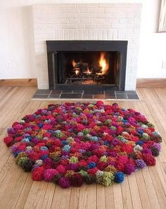 Love the pom pom rug! Now that i have a fancy pom pom maker, this shouldn't take that long to make! Pom Poms, Diy Pom Pom Rug, Pom Pom Crafts, Yarn Crafts, Diy Crafts, Tapetes Diy, Sewing Projects, Craft Projects, Handmade Crafts