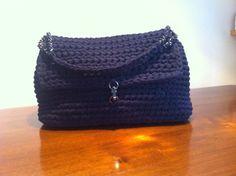 Borsa con chiusura a patella e inserti di catena #bag #borsa #fettuccia #uncinetto