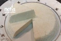 Evde Doğal Peynir Yapımı Tarifi 2 litre süt 6 yemek kaşığı üzüm sirkesi İsteğe göre tuz Kaynamış su Peynir altı suyu Evde Doğal Peynir Yapımı Tarifi'nin Yapılışı Bir büyük tencerenin içine sütü dökün ve kaynatın. Süt taşmaya başlayınca sirkeyi ilave edin ve karıştırın. Bu şekilde 5 dakika daha kaynatın. Bir tülbente dökerek süzün ve süzdüğünüz suyu saklayın. Eğer bir kalıbınız varsa kalıba koyun ve üzerine biraz ağırlık koyun (altı delikli olması lazım). Yoksa tülbentin üz Turkish Recipes, Kefir, Ricotta, Homemade Cheese, Desert Recipes, Food To Make, Feta, Yogurt, Pickles