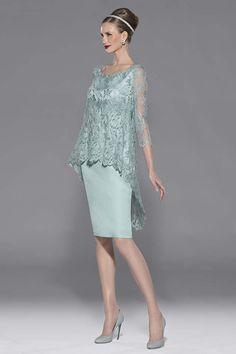 Vestido de madrina corto de alta costura de Teresa Ripoll realizado en chantilly azul escote redondo y manga francesa. Fondo en crepé azul....