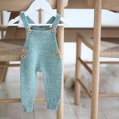 Hoy acabo el día tarde pero no puedo dejar de compartir esta monada 😍 . Patrón de #paelas #paelasbabysuit No nos confiemos que todavía hace frío! Hasta el 40 de mayo...ya sabéis! #goodnight #babyknitwear #babyinspiration Knitted Baby Clothes, Baby Hats Knitting, Knitting For Kids, Baby Knitting Patterns, Crochet For Boys, Crochet Baby, Knit Crochet, Baby Dress, Knitwear