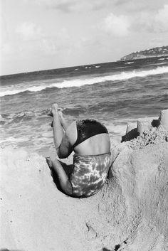 """""""Daria faisant une galipette dans un trou que nous avions creusé dans le sable"""". Cass Bird http://www.vogue.fr/photo/le-portfolio-de/diaporama/le-portfolio-de-cass-bird/9961/image/619485#daria-faisant-une-galipette-dans-un-trou-que-nous-avions-creuse-dans-le-sable"""