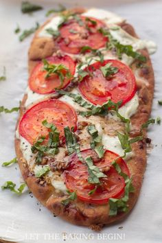 15 Minute Margherita Flatbread Pizza - delicious, easy recipe for a homemade pizza made with Naan Bread, Fresh Mozzarella, Tomatoes, Garlic and Basil that's great for busy weeknight dinners or parties. Easy Flatbread Recipes, Pizza Recipes, Appetizer Recipes, Vegetarian Recipes, Cooking Recipes, Healthy Recipes, Appetizers, Flatbread Ideas, Easy Recipes