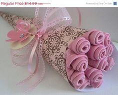 Next baby shower gift idea Diaper Bouquet, Baby Washcloth, Beautiful Bouquet Of Flowers, Creative Gifts, Creative Ideas, Chic Baby, Gift Hampers, Baby Crafts, Manualidades