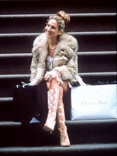 Carrie Bradshaws 50 Best Looks of All Time - Dior Boots - Trending Dior Boots. - Stoop kid: Carrie sits with a fur coat snakeskin boots and Dior shopping bag to top it off Carrie Bradshaw Outfits, Carrie Bradshaw Estilo, Carrie Bradshaw Hair, Carrie Bradshaw Quotes, Sarah Jessica Parker, Kristin Davis, Hair Evolution, City Outfits, Fashion Outfits