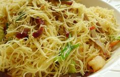 A favorite #Singapore #Chinese recipe using fresh yellow Hokkien noodles. This is called Singapore Noodles in diferent parts of the world. | #Noodles #Fried