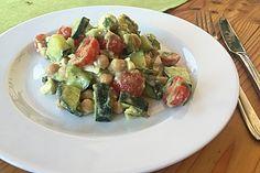 Avocado-Gurke-Kichererbsensalat mit Feta und Zitronendressing