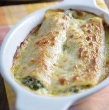 Τα κανελόνια είναι παραδοσιακό πιάτο της κεντρικής και βόρειας Ιταλίας, αρχικά τα ζυμαρικά γίνονταν απλά με σιτάρι, νερό και αλάτι με τα χρόνια όμως οι Ιταλοί τα εμπλούτισαν προσθέτοντας στη ζύμη φρέσκα αυγά Mediterranean Recipes, Greek Recipes, Vegetarian, Cooking, Parties, Kitchen, Fiestas, Kochen, Party