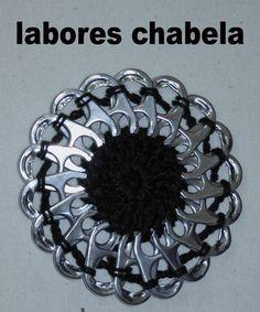 broche hecho a ganchillo con anillas de latas o lacre