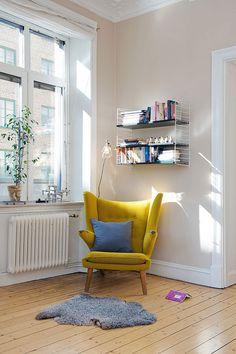 Eén simpel item in geel kan de ruimte helemaal opfleuren! Wil je ook een gele zetel als pronkstuk? Probeer dan de Hay Hackney sofa! Aan de wand zie je de String Pocket wandkast.