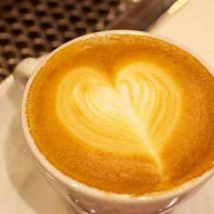 Kahvin pinnalla koreileva maitosydän on aamiaisen takuuvarma yllätys.