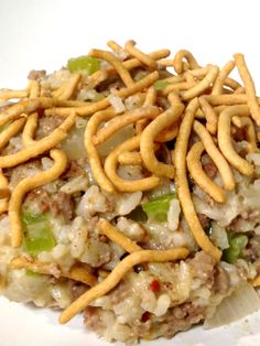 Chow Mein Hamburger Hot Dish This is a classic hearty Minnesota Casserole aka Hot Dish. So yummy! This easy casserole is deliciously satisfying for the whole family! It will quickly become a favorite weekday dinner. Hamburger Rice Casserole, Hamburger Dishes, Casserole Dishes, Hamburger Recipes, Hamburger Ideas, Meat Recipes, Asian Recipes, Cooking Recipes, Recipies