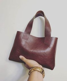 Handmade, Cognac Mini Leather Tote, metalen module sluiting en minimal design. Perfect geen ophef tas! Lengte 7 1/2 inch Breedte 11 inch Daling van de 6 inch band