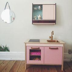 SnapWidget | Legekøkkenet har fået en lyserød makeover! #legekøkken #ikea #børneværelse #kidsroom #playkitchen Kidsroom, Floating Nightstand, Table, Moana, Kitchen Inspiration, House, Furniture, Instagram, Play
