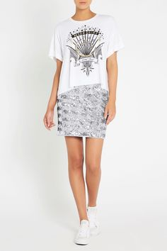 Make a statement with its striking design set front and centre, this relaxed fit, ivory crop tee shows off a graphic logo and text print, complete with foil and sequin accents. As for styling details, these include a rolled-up, double-folded sleeve cuff, a fabric covered neck band and a raw hem finish.