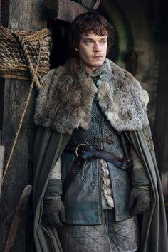 Theons Kleidung als er vom Norden aus aufbricht Richtung Heimat. Er wird auf seine (typisch festländische/nordische) Kleidung angesprochen.