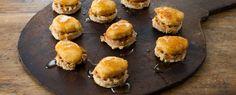 Mini Chicken And Waffles Recipe with spicy maple syrup! So easy! Mini Chicken And Waffles Rezept mit würzigem Ahornsirup! So einfach! Mini Appetizers, Finger Food Appetizers, Healthy Appetizers, Appetizer Recipes, Christmas Appetizers, Savory Snacks, Waffle Recipes, Brunch Recipes, Breakfast Recipes