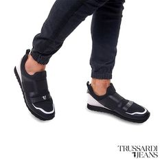 Black Jeans, Mens Fashion, Black And White, Sandals, Sneakers, Shoes, Style, Moda Masculina, Tennis