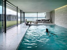 Breite und hohe Fensterfronten, die von filigranen und leichten Rahmenkonstruktionen gehalten werden, lassen die Grenzen zwischen Innen und Außen verschwimmen und bieten uneingeschränkte Sicht auf die Umgebung.