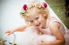 Niña de las flores vestida de pequeña dama de honor. #Blog #Innovias