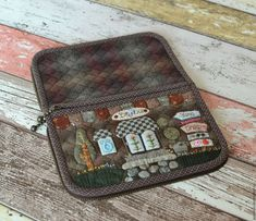 Cash Wallet, Fabric Wallet, Cute N Country, Quilted Bag, Applique Quilts, Beautiful Bags, Needlework, Diy And Crafts, Lunch Box