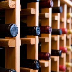 Por que garrafas de vinho muitas vezes são armazenadas na horizontal, e não 'em pé'?    Acontece que o vinho não pode ter contato com oxigênio, pois sofre 'acidificação' ou 'avinagramento' quando o ar entra na garrafa. Por isso tem vida útil tão curta depois de aberto.    A rolha de cortiça garante parte da vedação, mas se o líquido estiver em contato com ela, a quantidade de oxigênio a entrar é muito menor, pois ela é umedecida    E agora, já vai começar a montar sua adega?