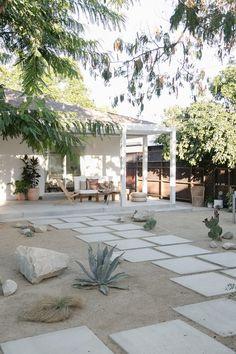 Portes ouvertes sur une cour arrière californienne