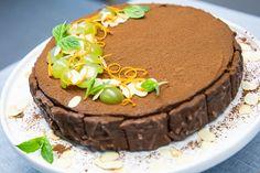 Kaunis ja helppotekoinen suklaajuustokakku kevään juhliin. Fazer Almond Crumble -kekseillä teet modernin reunan kakkuun. Helppo resepti ilman liivatatetta.