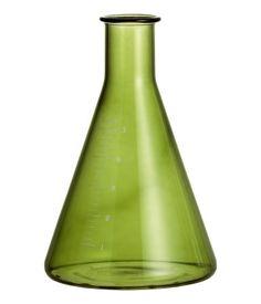 Pieni kartionmuotoinen lasimaljakko, jossa painatus. Halkaisija ylhäällä 2 cm, korkeus 10 cm.