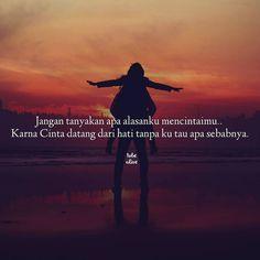 """""""Jangan tanyakan apa alasanku mencintaimu..Karna Cinta datang dari hati tanpa ku tau apa sebabnya."""" . .  kiriman dari @putrialya393 . .  Tag like dan comment.  Kirim (DM /Like) kata-kata buatanmu ya.  #katakata #quotes #quotesoftheday #pathdaily #pathindonesia #yangterdalam #pecahankaca #catatanfilm #melodydalampuisi #sajak #puisi #sastra #kutipan"""