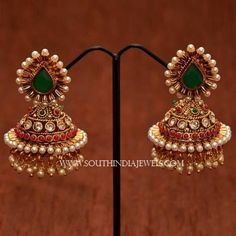 19 Beautiful Gold Jhumka Designs You Need To See Indian Jewelry Earrings, Gold Jhumka Earrings, Jewelry Design Earrings, Gold Earrings Designs, Indian Wedding Jewelry, Gold Jewellery Design, India Jewelry, Gold Jewelry, Antique Earrings