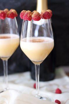 Champagnercreme mit goldenen Himbeeren - das perfekte Dessert zu Silvester oder für Partys - Rezept für einen beschwipsten Nachtisch - das leckerste Silvesterdessert