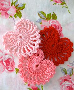 {how to} crochet valentines hearts by sarah london Crochet Motifs, Crochet Stitches, Crochet Patterns, Crochet Appliques, Crochet Crafts, Yarn Crafts, Crochet Projects, Crochet Ornaments, Love Crochet