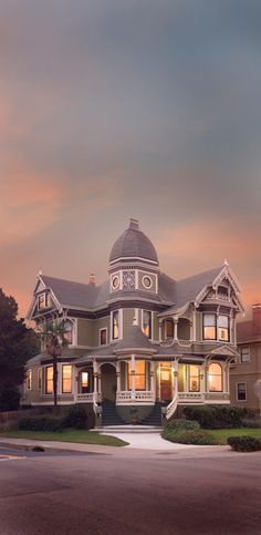 There are about 3,000 Victorian-era homes in Alameda, one for every 25 people who live here. In addition, there are another 1,000 historic buildings, including City Hall and many of the shops along the Park Street and Webster Street commercial corridors.