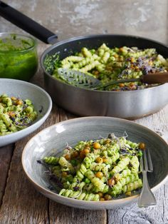Pasta med pesto og panne stekte kikerter – Food On The Table – Oppskrifters Vegetarian Dinners, Vegetarian Recipes, Cooking Recipes, Pasta Med Pesto, Special Recipes, Italian Recipes, Side Dishes, Good Food, Veggies
