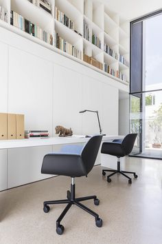The universe of Patricia Urquiola is transmitted through the Nuez chair for Andreu World—an enveloping seat that evokes the folds of a sheet of paper. Patricia Urquiola, Minimal Desk, Apartment Renovation, Desk Setup, Furniture Inspiration, Elle Decor, Contemporary Design, Home Office, Beautiful Homes