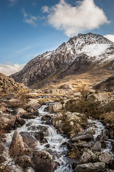 Fantastic weather in the heart of Snowdonia National Park, with sunshine and blue sky enhancing the natural beauty of Tryfan and the surrounding landscape. Great Places, Places To Go, Beautiful Places, Smart Image, Snowdonia National Park, Cymru, North Wales, Great Britain, Wonders Of The World