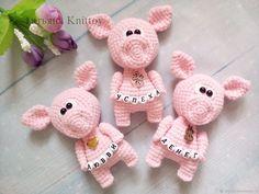Купить Мастер-класс Свинки с пожеланиями - подарок на новый год, мастер-класс, комбинированный, год свиньи Crochet Pig, Crochet Brooch, Love Crochet, Crochet Toys, Knitted Animals, Cute Dolls, Handmade Toys, Tatting, Projects To Try