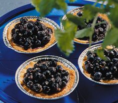 Pienet mustikkamuropiiraat vuoissa kauramurotaikinasta Blackberry, Fruit, Food, Blackberries, Essen, Yemek, Meals