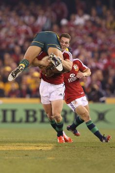 George North picks up Israel Folau, Australia v British & Irish Lions, Game June 2013 Folau looked as if he was Kid napped Rugby Sport, Rugby Men, Sport Man, Rugby League, Rugby Players, Ulster Rugby, 2015 Rugby World Cup, British And Irish Lions, Wales Rugby