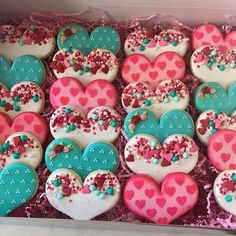Cute Valentine cookies decorated with royal icing. Heart cookies for kids and other Valentine cookies for him or her. Some of these Valentine Cookies are easy, while some are more difficult to make. Some Valentine Cookies made with fondant and chocolate t Valentines Day Cookies, Valentines Baking, Holiday Cookies, Valentines Day Treats, Kids Valentines, Birthday Cookies, Valentine Cupcakes, Fondant Cupcakes, Bolo Fondant