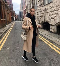 Women's fall / winter outfit all in black with beige coat. b-Tenue femme automne/hiver tout en noir avec manteau beige. beige coat, black hoo… Women's fall / winter outfit all in black with beige coat. Winter Outfits For Teen Girls, Winter Fashion Outfits, Fall Winter Outfits, Look Fashion, Autumn Winter Fashion, Womens Fashion, Fashion Mode, Lifestyle Fashion, New York Winter Outfit