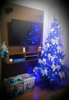 Mesmo com um espaço pequeno, novamente montei minha árvore de Natal... Amo esta época do ano, sinto saudades de quem já se foi e que me ensinaram a amar cada detalhe desta comemoração familiar.  Espero que este seja mais um ano abençoado como muitos outros que eu e minha família já tivemos juntos.
