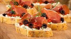 Toasts à la feta, jambon cru et tomates confites _ http://www.cuisineaz.com/dossiers/cuisine/toasts-aperitif-noel-13878.aspx